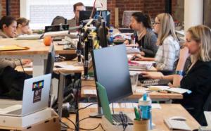 Ein Team kreativer Mitarbeiter arbeitet an Computern.