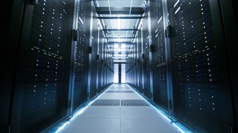 Der Gang eines effizient ausgeleuchteten Serverraums.