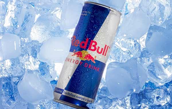 Eine Dose Red Bull auf Eis.