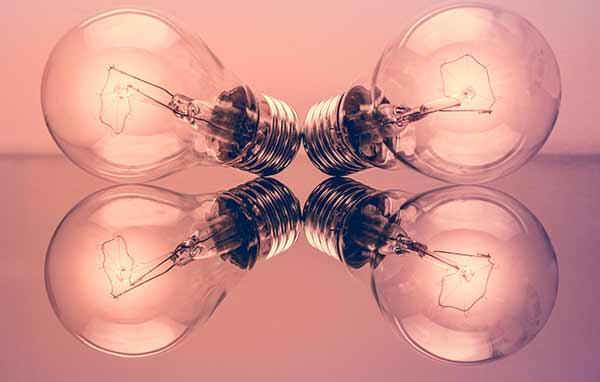 Zwei Glühlampen mit entgegengesetzter Richtung.