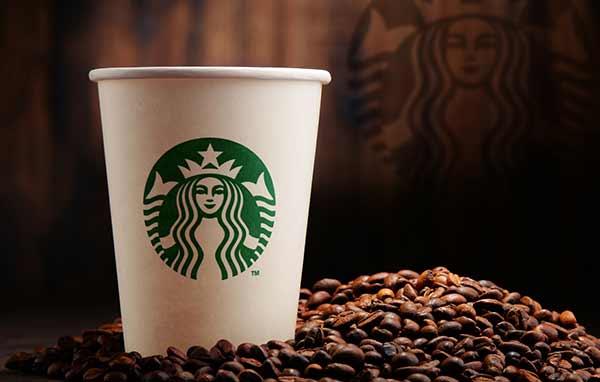 Ein Kaffeebecher von Starbucks.