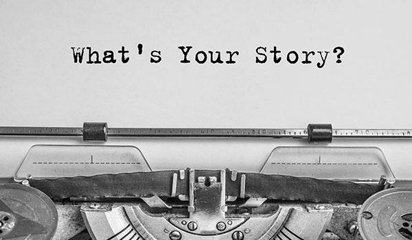 Auf einer Schreibmaschine wird eine Geschichte geschrieben.