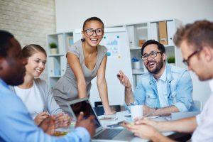 Eine Gruppe junger Mitarbeiter in einem modernen Büro hält eine Besprechung zum Thema Content Marketing ab.