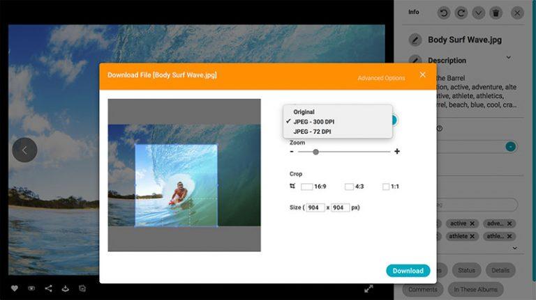 Screenshot der Detailansicht eines Assets im DAM-System von Canto; er zeigt das Bild eines Surfers auf seinem Board, überlagert von einem Dialogfenster, das verschiedene Optionen für das Herunterladen, Zoomen und Zuschneiden des Assets bietet.