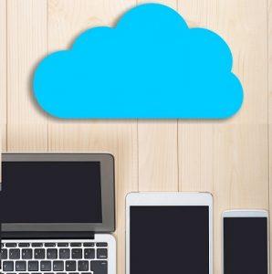 Abbildung mehrerer Computer und Mobilgeräte unter einer Wolke.