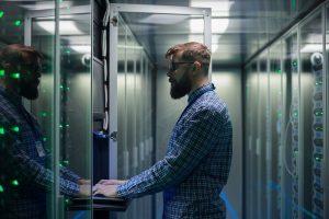 Ein Mann arbeitet im Rahmen einer Data Storage Solution an einem Server.