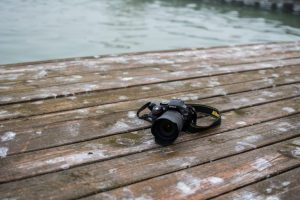 Eine Nikon-Kamera liegt auf einem Steg.
