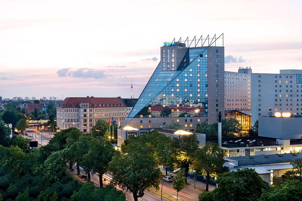 Außenansicht des ESTREL Hotel in Berlin.