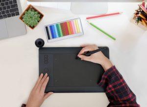 Eine Abbildung eines Designers, der auf einem digitalen Pad zeichnet.