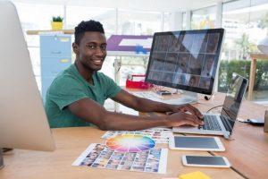 Ein junger Mann arbeitet für ein Designprojekt mit dem EPS-Bildformat.