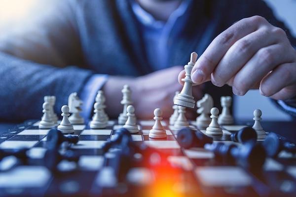 Eine Person spielt Schach.
