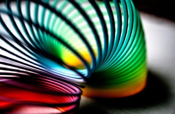 Eine Spielzeugspirale, die sich von einem Punkt zum nächsten schlängelt.