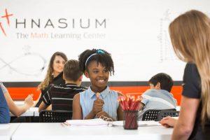 Erzieher und Schüler im Mathematik-Nachhilfezentrum Mathnasium.