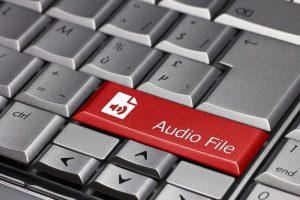 Eine Tastatur, auf der eine Taste mit dem Wort 'Audiodatei' beschriftet ist.