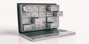 Ein Bild eines Laptops, aus dessen Bildschirm geöffnete Schubladen herausragen.