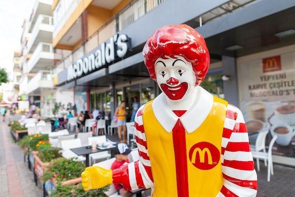 Eine Figur von Ronald McDonald auf einem Bürgersteig.