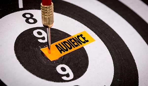 Eine Zielscheibe, auf der das Wort 'Zielgruppe' steht.