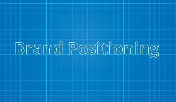 Das Wort 'Markenpositionierung' steht auf einem blauen Hintergrund.