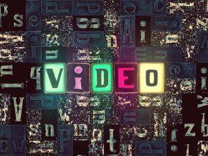 Aus vielen Kacheln mit Buchstaben setzt sich das Wort 'Video' zusammen.
