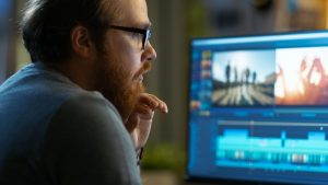 Ein Mann betrachtet einen Computerbildschirm.