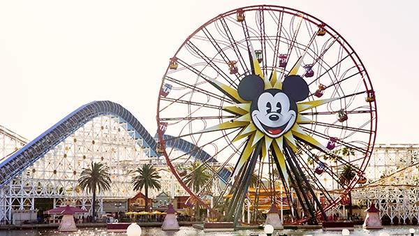 Micky Maus auf einem Rummelplatz.