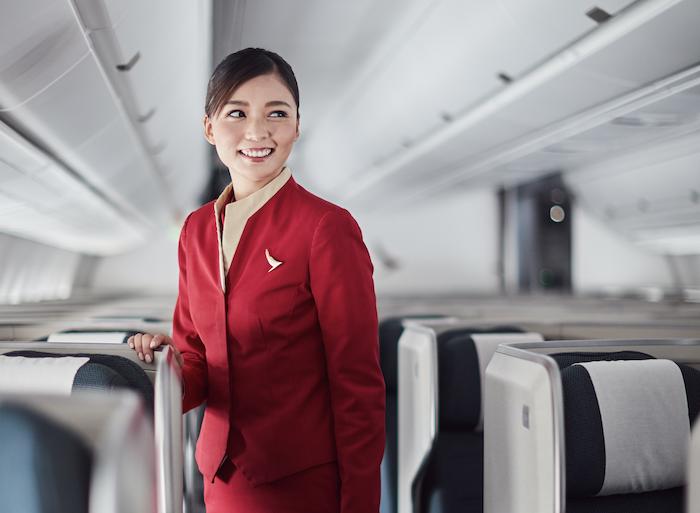 Eine Cathay Flugbegleiterin in der Flugzeugkabine.