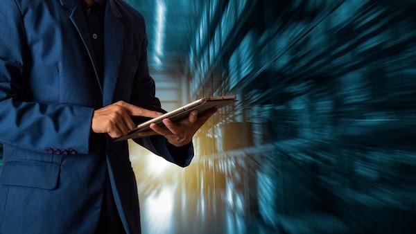 Ein Mann hält ein mobiles Gerät, das im Fokus des Enterprise Mobility Management steht.