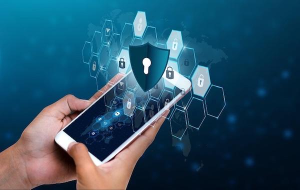 Ein Mobilgerät, über dem Sicherheitssymbole dargestellt sind.
