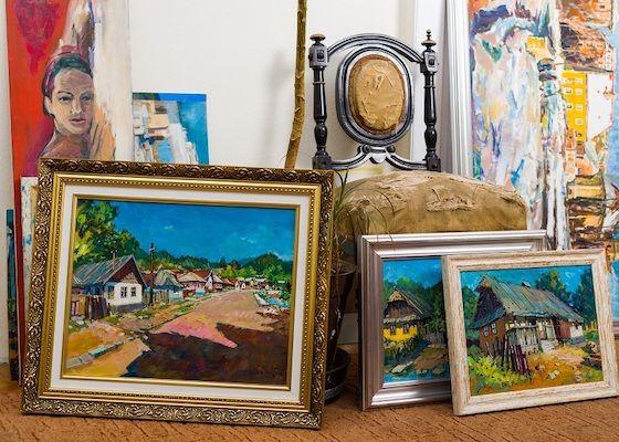 Eine Kollektion von Gemälden.