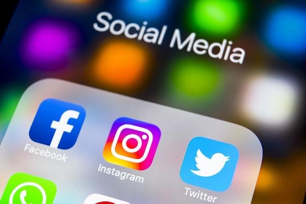 Auf dem Display eines Mobilgeräts werden Symbole für Social Media-Anwendungen angezeigt.