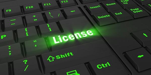 Eine grün leuchtende Tastatur, auf dem eine mit dem Wort 'Lizenz' beschriftete Taste besonders hervorgehoben ist.