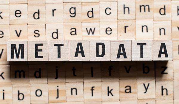 Das Wort 'Metadaten' wird aus hölzernen Bauklötzen gebildet.