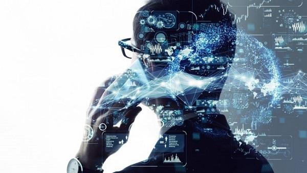 Ein digitalisierter Mensch am Telefon.