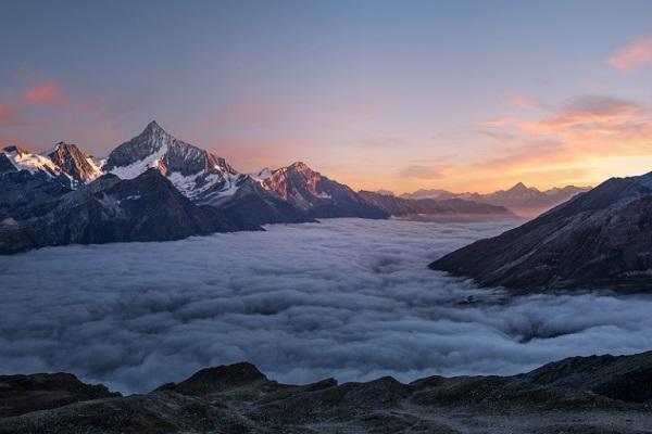 Ein Foto von einer Bergkette.