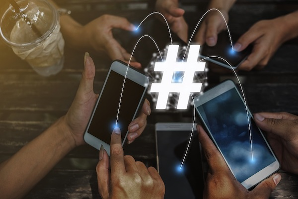 Mehrere Personen vernetzen ihre Mobiltelefone.