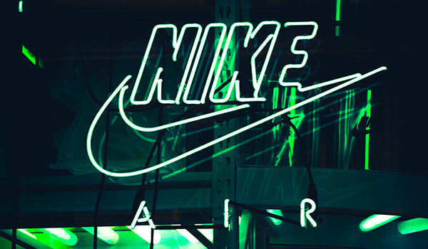 Der Slogan von Nike auf einer Leuchtreklame.