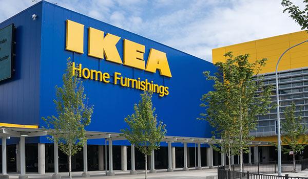 Die Fassade eines IKEA-Gebäudes.
