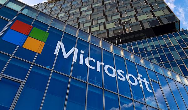 Ein Gebäude mit dem Symbol von Microsoft.
