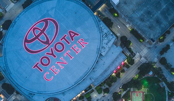 Das Logo von Toyota auf dem Dach einer Arena.