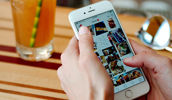 Eine Person nutzt auf einem Smartphone soziale Medien.