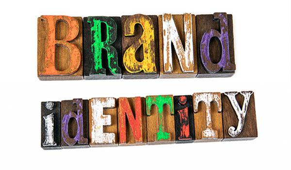 Mehrfarbige Buchstaben, die das Wort 'Markenidentität' ergeben.