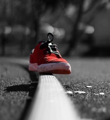 Ein bunter Schuh vor schwarz-weißem Hintergrund.