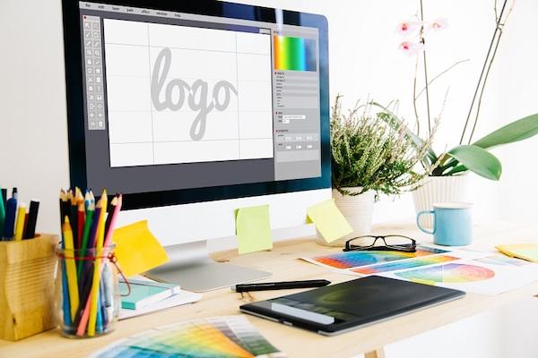 Ein Logo wird auf einem Computerbildschirm erstellt.