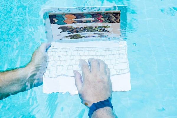 Ein Laptop unter Wasser.