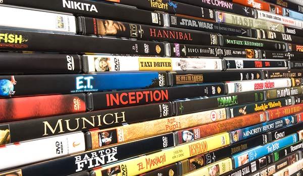 Eine Sammlung von übereinander gestapelten DVDs, deren Hüllen verschiedene Metadatentypen beinhalten.
