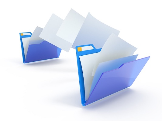 Zwei Dateiordner, zwischen denen Papiere verschoben werden.