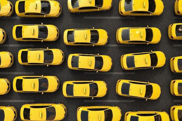 Ein Foto von vielen gelben Taxis aus der Vogelperspektive.