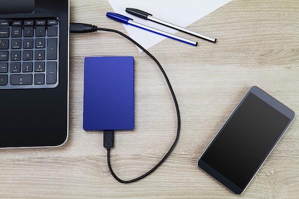 Abbildung eines externen Laufwerks an einem Laptop.
