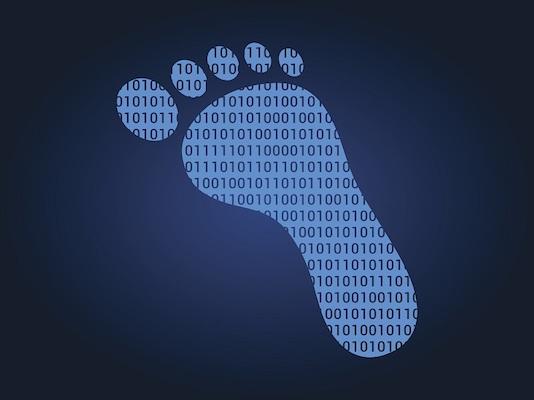 Ein digitaler Fußabdruck, der Binärcode enthält.