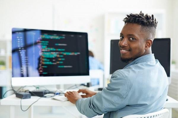Ein junger Mann arbeitet an einem Computer.